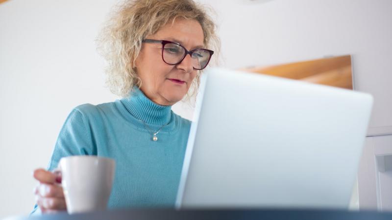 С какого года работница является предпенсионером?